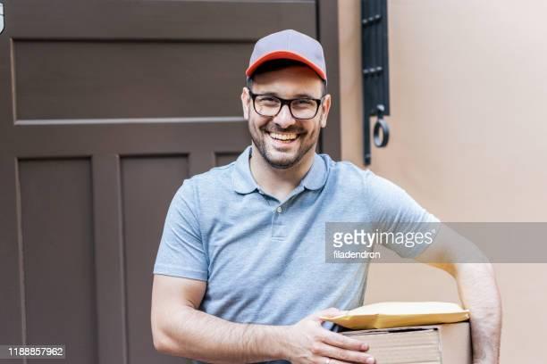 delivery man - carteiro imagens e fotografias de stock