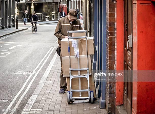 Lieferung Mann mit Boxen in urbaner Atmosphäre