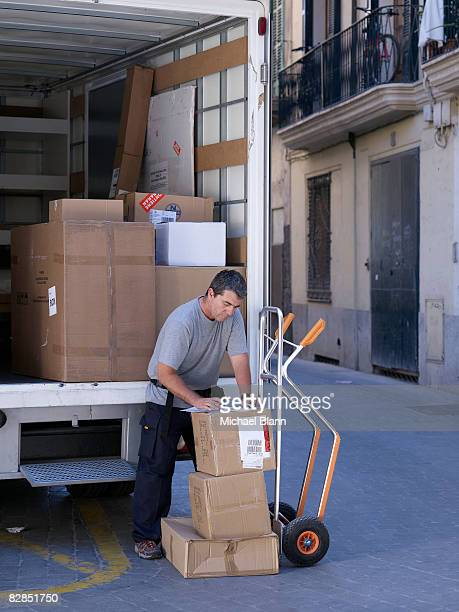 Homem de entrega com pacotes