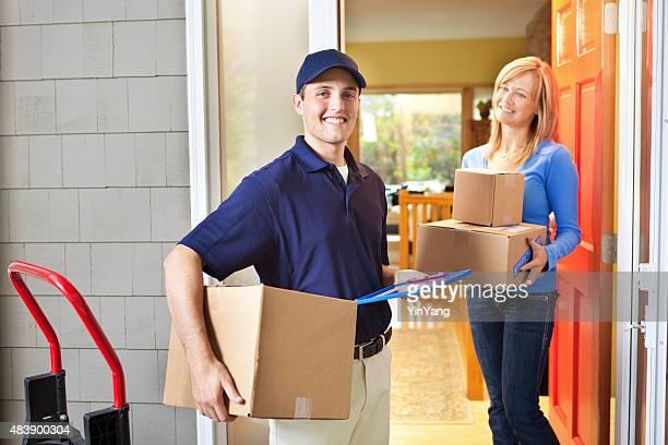 Persona di consegna dando un pacchetto casella contenitore di casa del cliente