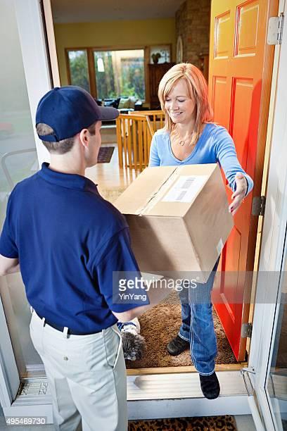 Lieferung Person, die Package-Box-Container zu Hause Kunden