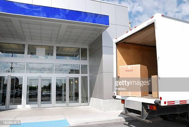 Camion de livraison à la porte.