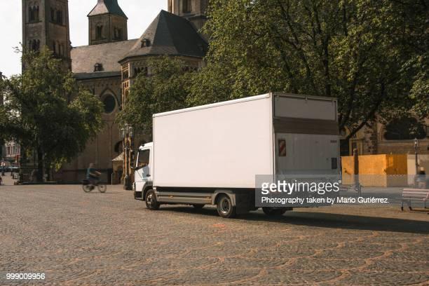 delivery truck - lkw stock-fotos und bilder
