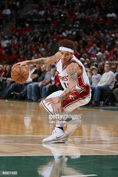 Delonte West of the Cleveland Cavaliers drives the ball to the basket during the game against the Milwaukee Bucks on November 29 2008 at the Bradley...