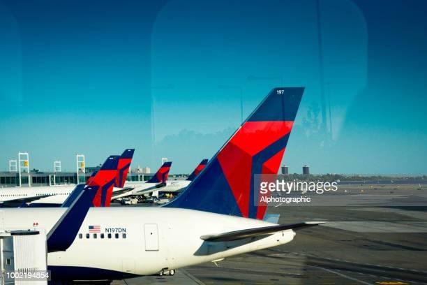 ニューヨークの jfk 空港でデルタ航空 - デルタ航空 ストックフォトと画像