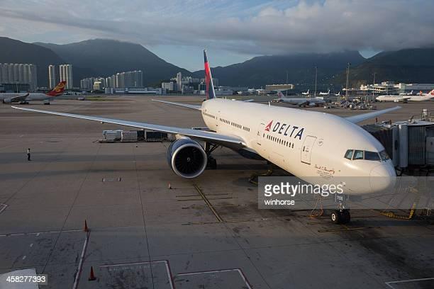 delta airlines boeing 777 - delta air lines photos et images de collection