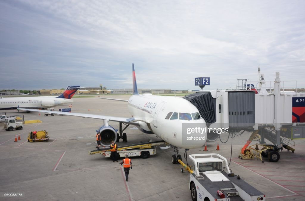 Delta-Flugzeug am Gate von Minneapolis-St. Paul International Airport : Stock-Foto