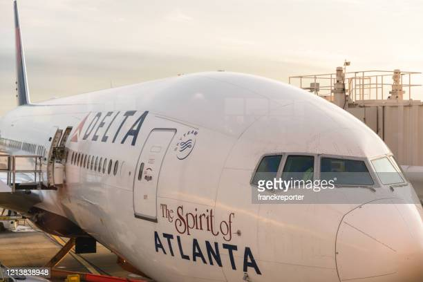 アトランタ空港に駐車デルタ飛行機 - デルタ航空 ストックフォトと画像