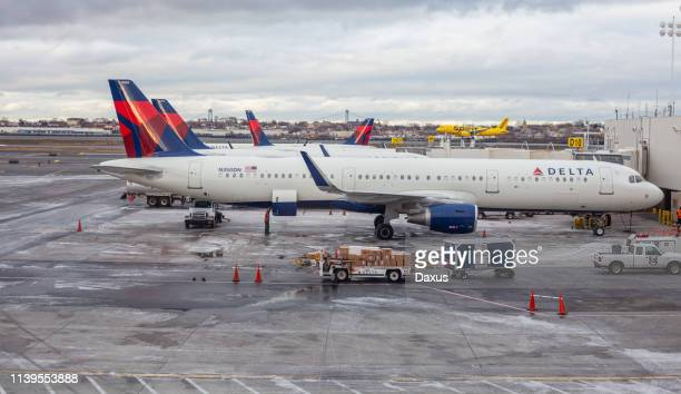 delta and spirit airplanes in new york - laguardia airport stock pictures, royalty-free photos & images