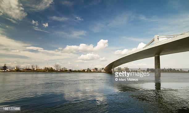 deltebre's bridge - marc mateos fotografías e imágenes de stock