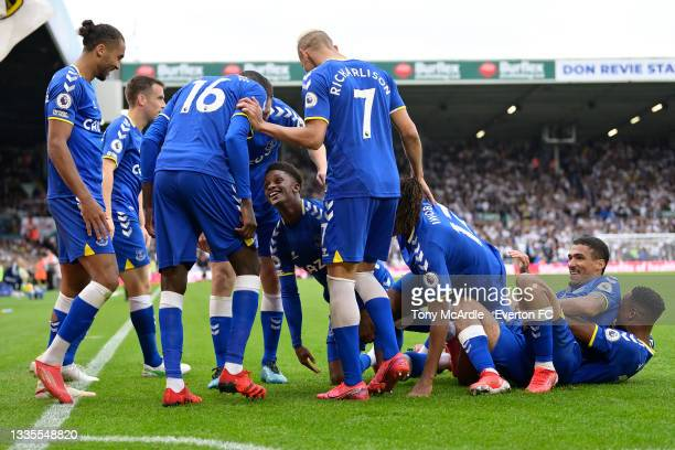 Demarai Gray celebrates his goal with Dominic Calvert-Lewin Seamus Coleman Abdoulaye Doucoure Richarlison Allan and Yerry Mina during the Premier...