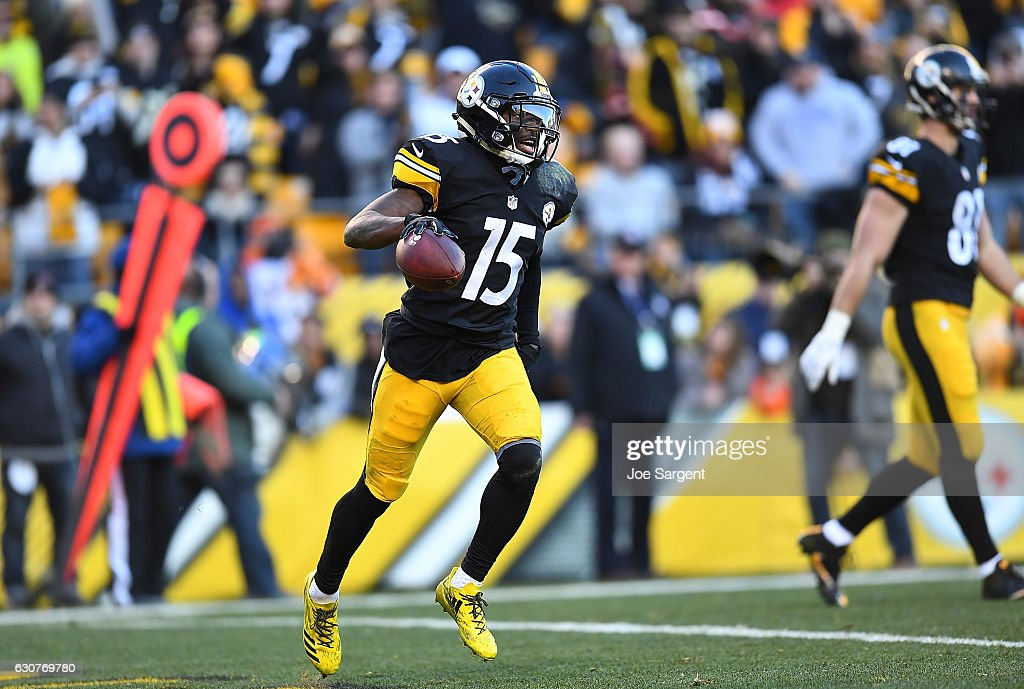 DeMarcus Ayers #15 of the Pittsburgh Steelers runs off the field after scoring his first NFL touchdown in the fourth quarter during the game against the Cleveland Browns at Heinz Field on January 1, 2017 in Pittsburgh, Pennsylvania.