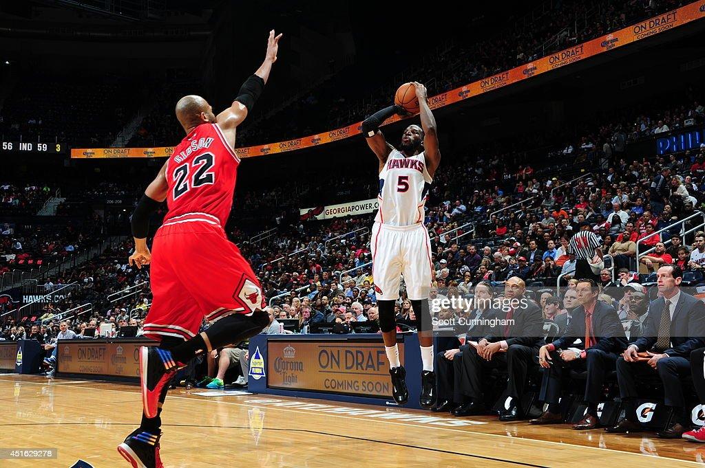 DeMarre Carroll #5 of the Atlanta Hawks shoots against the Chicago Bulls on February 25, 2014 at Philips Arena in Atlanta, Georgia.