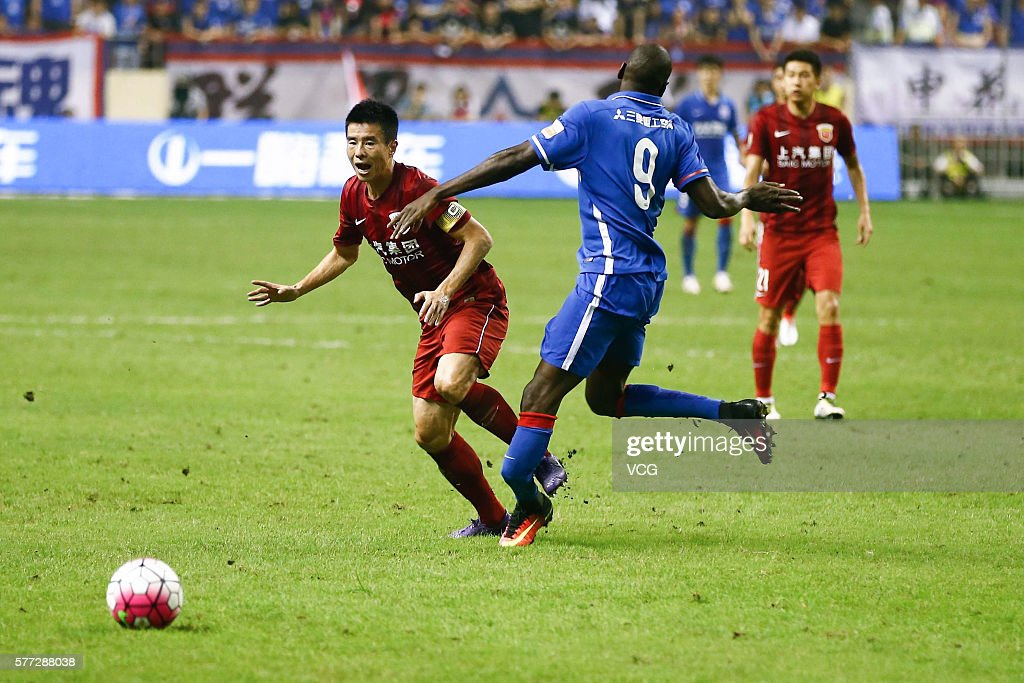 Demba Ba #9 of Shanghai Shenhua vies with Sun Xiang #32 of Shanghai SIPG during the 17th round match of the Chinese Super League (CSL) between Shanghai Greenland Shenhua and Shanghai SIPG on July 17, 2016 in Shanghai, China.