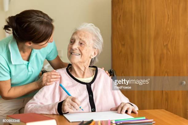 Demenz und Ergotherapie - Home-Betreuer und ältere Erwachsene Frau