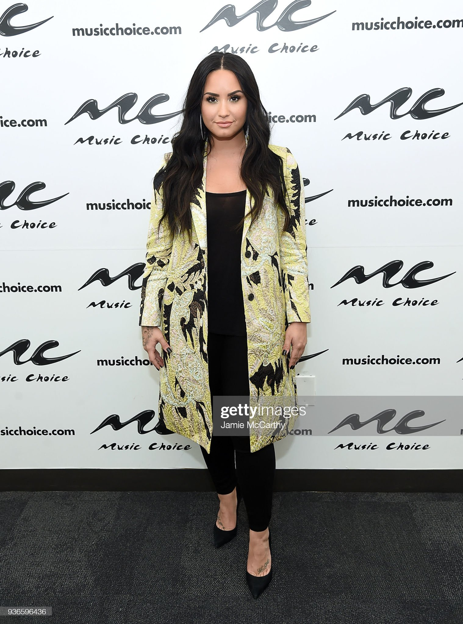 ¿Cuánto mide Demi Lovato? - Altura - Real height Demi-lovato-visits-music-choice-at-music-choice-on-march-22-2018-in-picture-id936596436?s=2048x2048