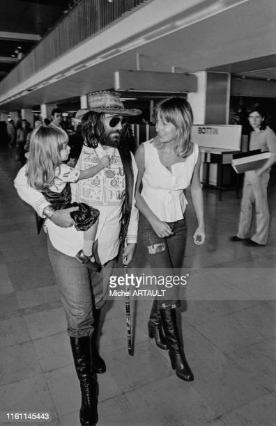 Demis Roussos avec sa femme et sa fille à l'aéroport d'Orly le 26 juin 1973 France
