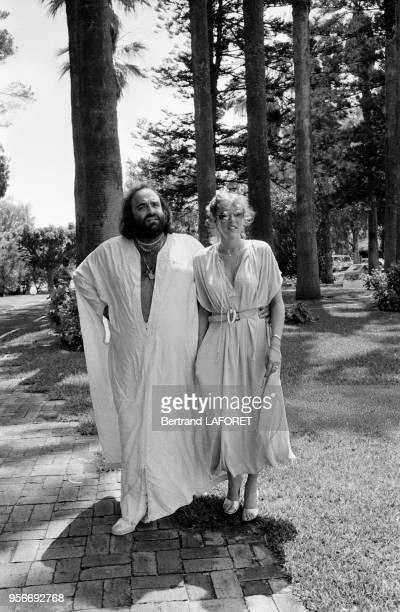 Demis Roussos et sa femme Dominique à Casablanca lors de la tournée marocaine du chanteur le 10 juillet 1978 Maroc