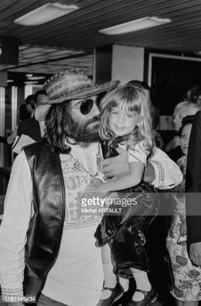Demis Roussos et sa fille à l'aéroport d'Orly le 26 juin 1973 France