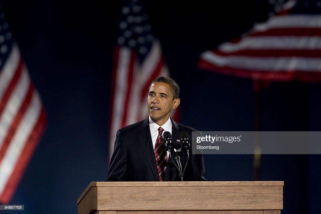 Democratic president-elect Barack Obama speaks to supporters : News Photo