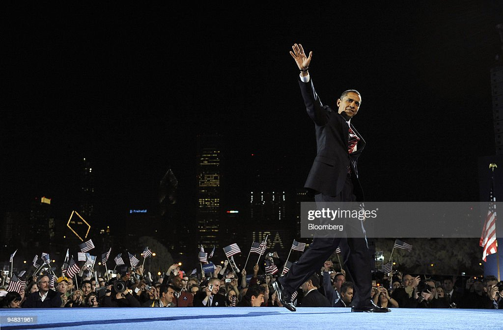 Democratic president-elect Barack Obama waves to the crowd a : News Photo