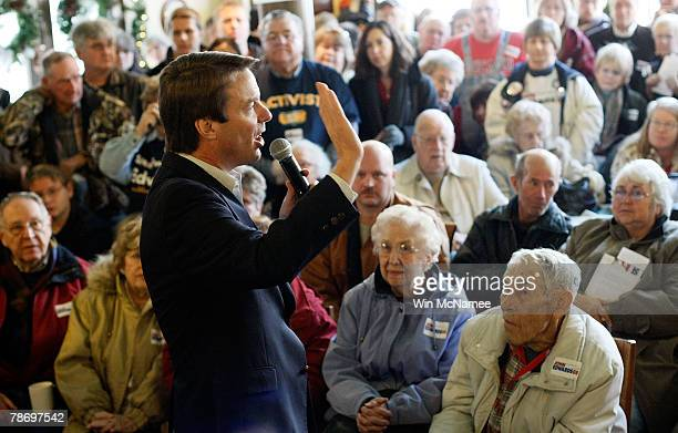 Democratic presidential candidate and former Sen John Edwards speaks to undecided caucus goers at a campaign event at the Ivy Bake Shoppe January 2...