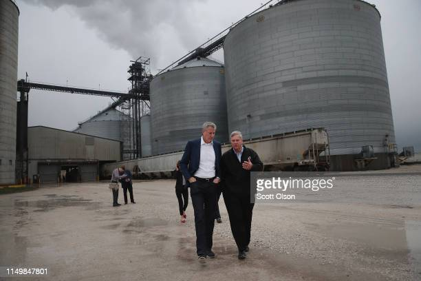 Democratic presidential candidate and New York City Mayor Bill De Blasio tours the POET Biorefinery plant with former US Secretary of Agriculture Tom...