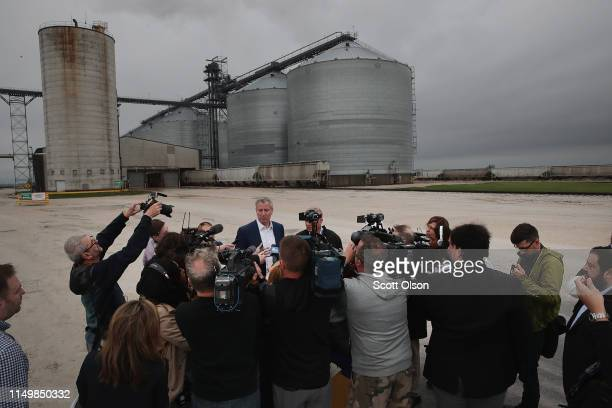 Democratic presidential candidate and New York City Mayor Bill De Blasio speaks to the press following a tour of the POET Biorefinery during a...