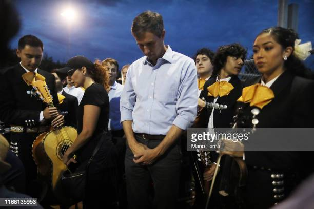 Democratic presidential candidate former Rep Beto O'Rourke pauses by members of Mariachi Puesta del Sol at an interfaith vigil for victims of a mass...