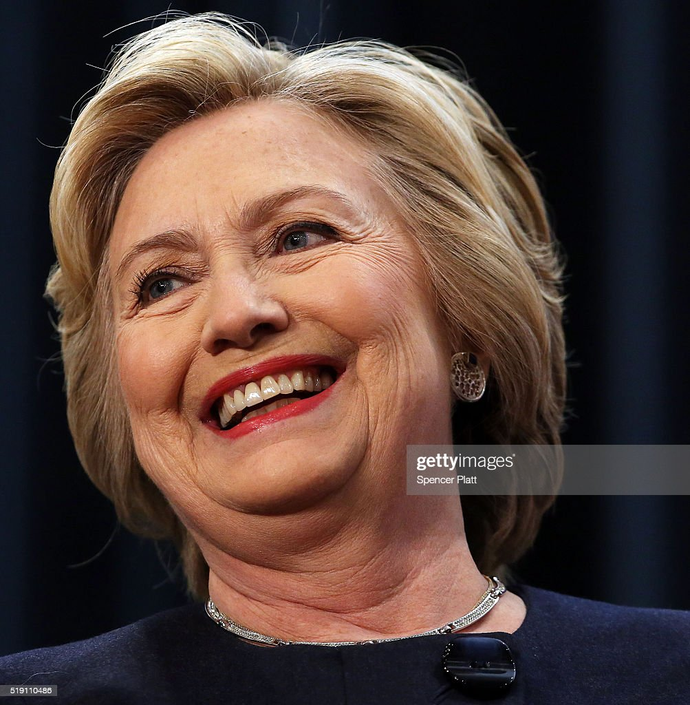 Hillary Clinton Latest News: Democratic Presidential Candidate Hillary Clinton Pauses