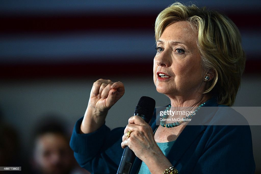 Democratic Presidential Candidate Hillary Clinton Campaigns In New Hampshire : News Photo
