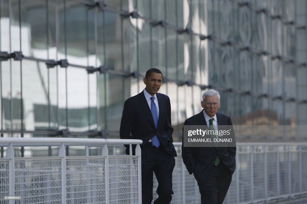 US Democratic presidential candidate Illinois Senator Barack Obama talks with National Football League Pittsburgh Steelers owner Dan Rooney in Pittsburgh, Pennsylvania, April 14, 2008. Rooney endorsed Obama for president. AFP PHOTO/Emmanuel Dunand