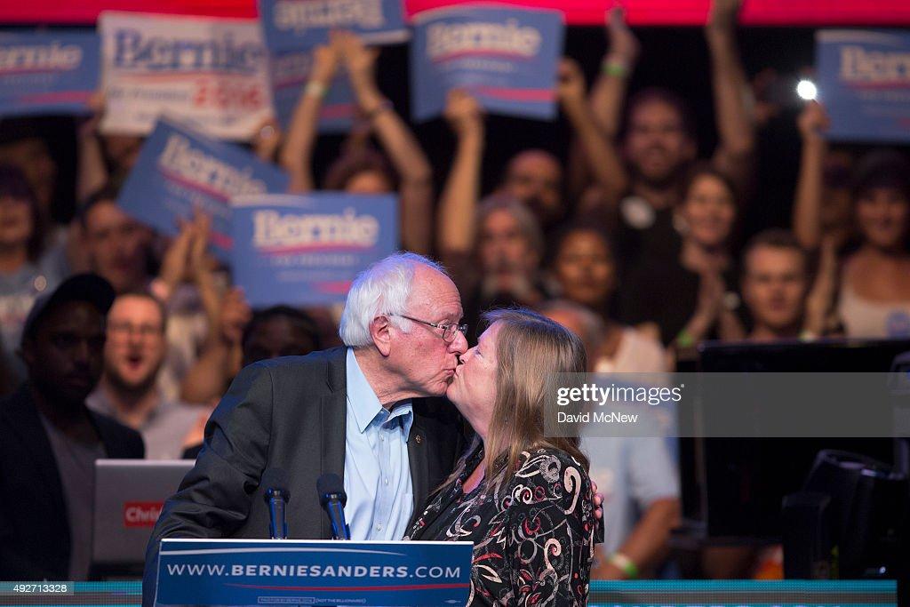 Bernie Sanders Hosts LA Fundraising Reception : News Photo