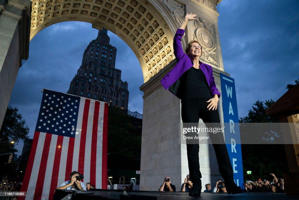 Elizabeth Warren Delivers Campaign Speech in NYC's Washington Square Park : Foto jornalística