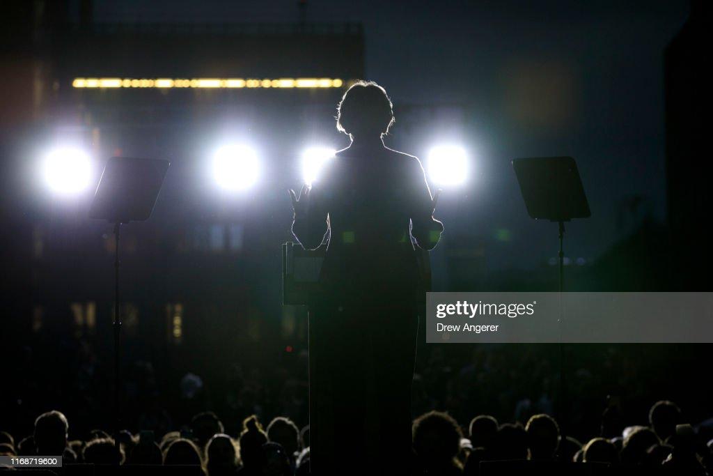 Elizabeth Warren Delivers Campaign Speech in NYC's Washington Square Park : News Photo