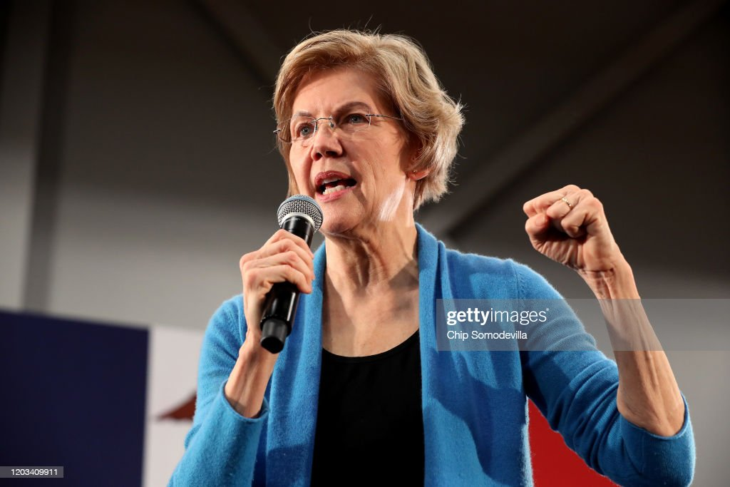 Democratic Presidential Candidate Sen. Elizabeth Warren Campaigns In Iowa Days Before State's Caucus : News Photo