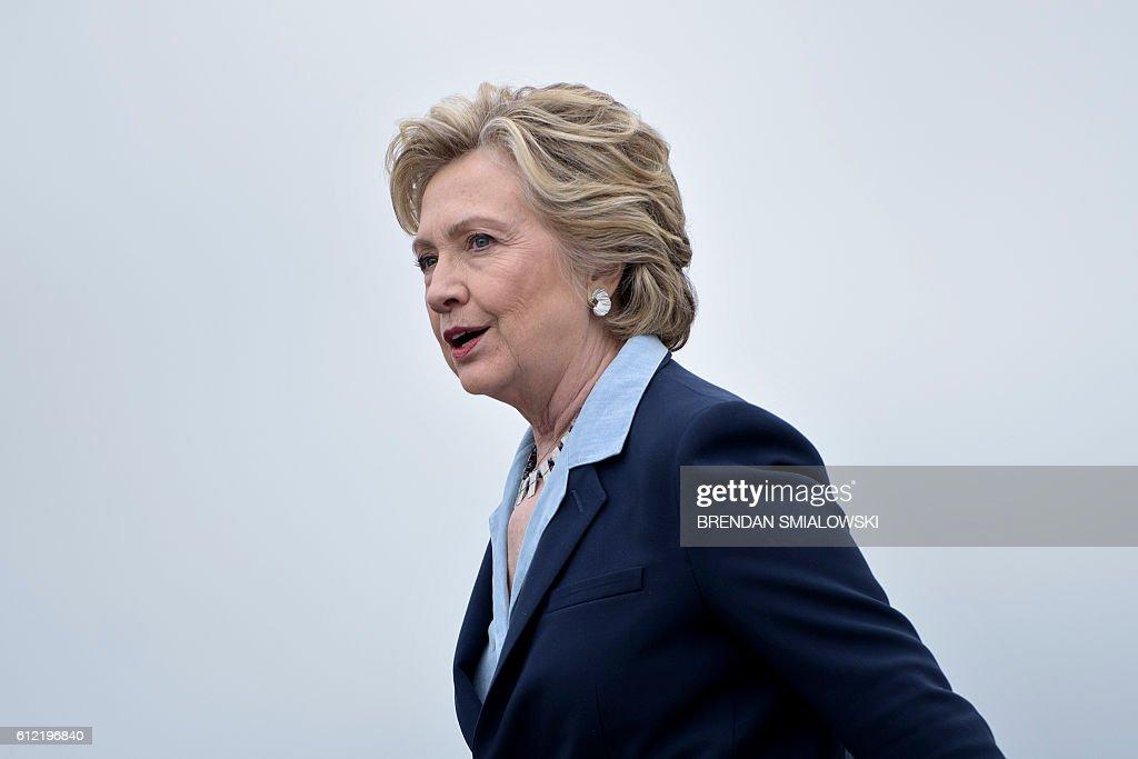 Democratic presidential nominee Hillary Clinton arrives at Toledo Express Airport October 3, 2016 in Swanton, Ohio. / AFP / Brendan Smialowski