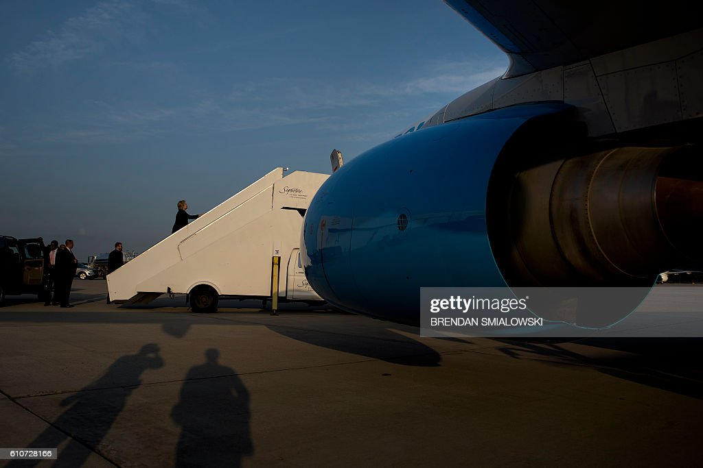 Democratic presidential nominee Hillary Clinton boards her plane at Raleigh-Durham International Airport September 27, 2016 in Morrisville, North Carolina. / AFP / Brendan Smialowski