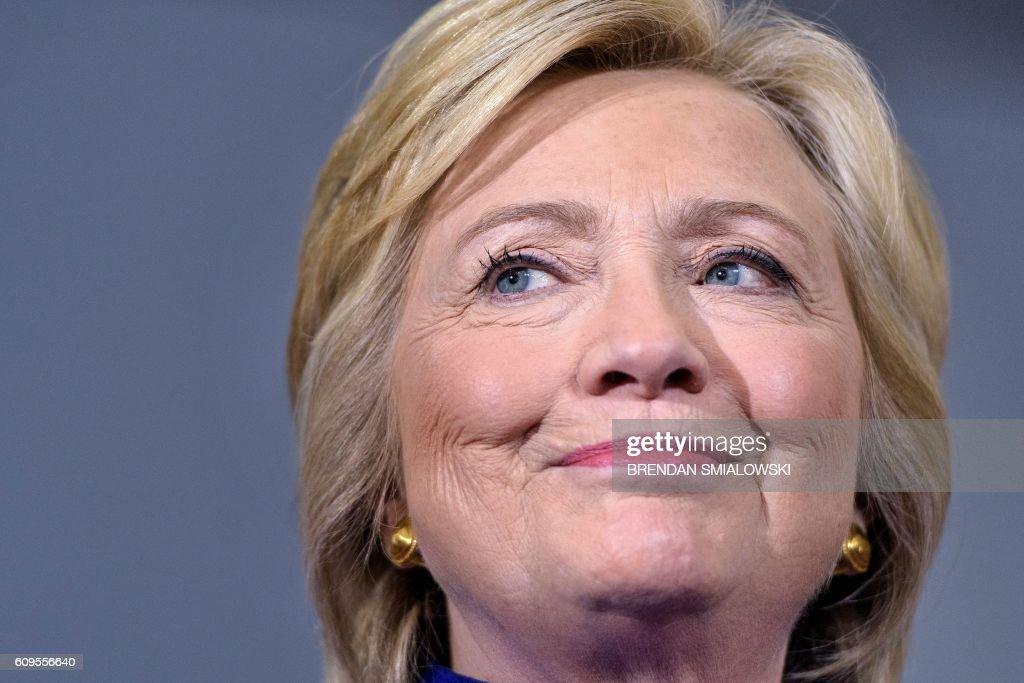 TOPSHOT-US-VOTE-DEMOCRATS-CLINTON : News Photo