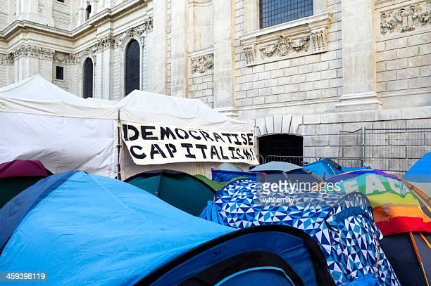 """democratise den bösen kapitalismus -banner am zelt im'occupy london'"""" - kapitalismus stock-fotos und bilder"""