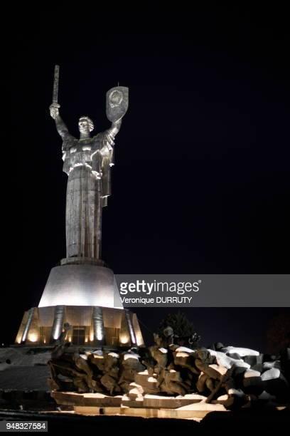 Demoiselle d'Acier ou statue de la mere patrie Kiev Perchée à 62 m de hauteur la statue de la mère Patrie se situe dans une sorte de complexe...