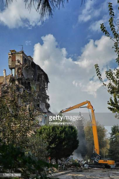 demolition arm operating in bayrakli after the earthquake,izmir. - emreturanphoto stock pictures, royalty-free photos & images