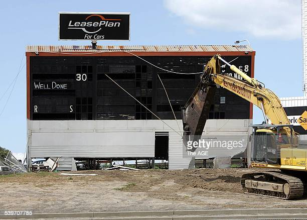 Demolition of the scoreboard at Whitten Oval on 10th November 2005 THE AGE BUSINESS Picture by RAY KENNEDY