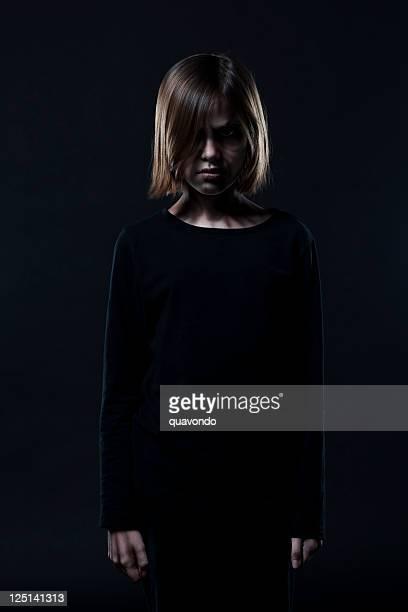 Demonio chica en Halloween maquillaje retrato sobre negro, espacio de copia