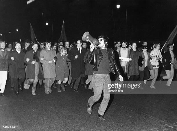 Demonstranten am Abend des Attentats auf Rudi Dutschke auf dem Weg zum Axel-Springer-Verlag: mit Krawatte und Brille Rechtsanwalt Horst Mahler