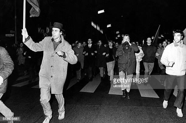 Demonstranten am Abend des Attentats auf Rudi Dutschke auf dem Weg zum Axel Springer Verlag: mit Krawatte und Brille Rechtsanwalt Horst Mahler