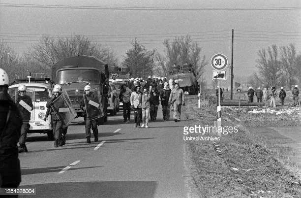 Demonstranten auf dem Weg zum Protest gegen den Bau des Kernkraftwerks in Brokdorf, Deutschland 1980er Jahre.
