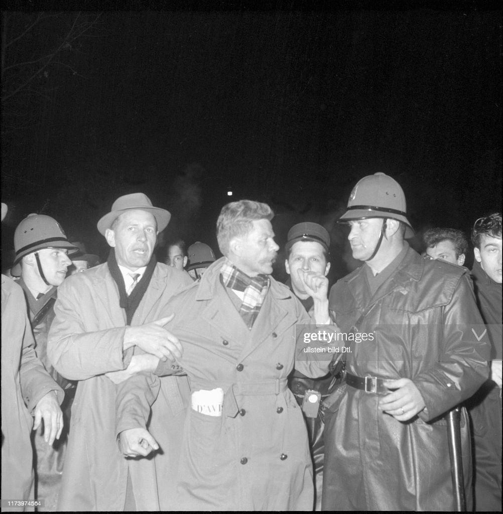 Demonstranten behindern Gäste; Polizeischutz für Armand Forel; 1961 : Photo d'actualité
