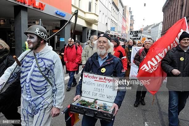 Demonstranten beteiligen sich in der Saarbrücker Innenstadt am Ostermarsch Saar. Die Ostermärsche sind Tradition bei der Friedensbewegung. In...