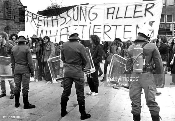 Mit Feuerlöschern auf dem Rücken und anderen Spezialgeräten haben sich am 731981 die Spezialeinheiten der Polizei die hier das Nürnberger...